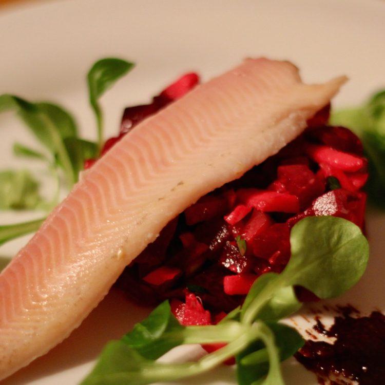 Wirtshausfuherer - Kochen wie der Wirt - Raeucherforelle mit rote Rueben Tatar – Gasthaus Beringer 14