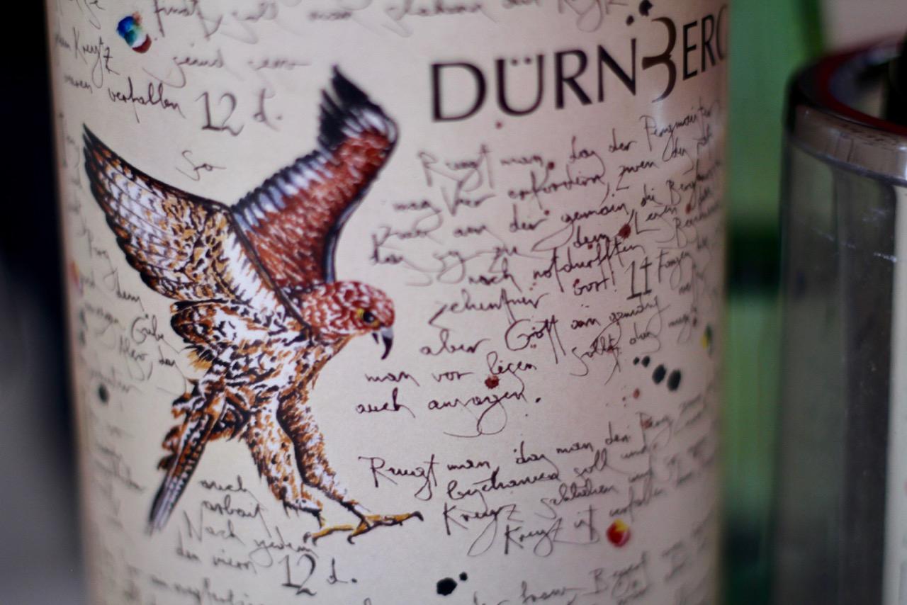 Der Falke steht für Falkenstein und ziert das unverwechselbare Etikett des Weinguts Dürnberg. Die kalkreichen Böden und die höhere Lage verleihen den Weinviertel DAC's von Winzer Christoph Körner eine außergewöhnliche Mineralik und Salzigkeit.