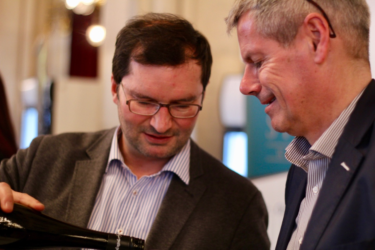 Norbert Walter schenkt ein – und beeindruckt Wirtshausführer Herausgeber Klaus Egle mit einem phänomenal gereiften Wiener Gemischten Satz DAC Hackenberg 2012.