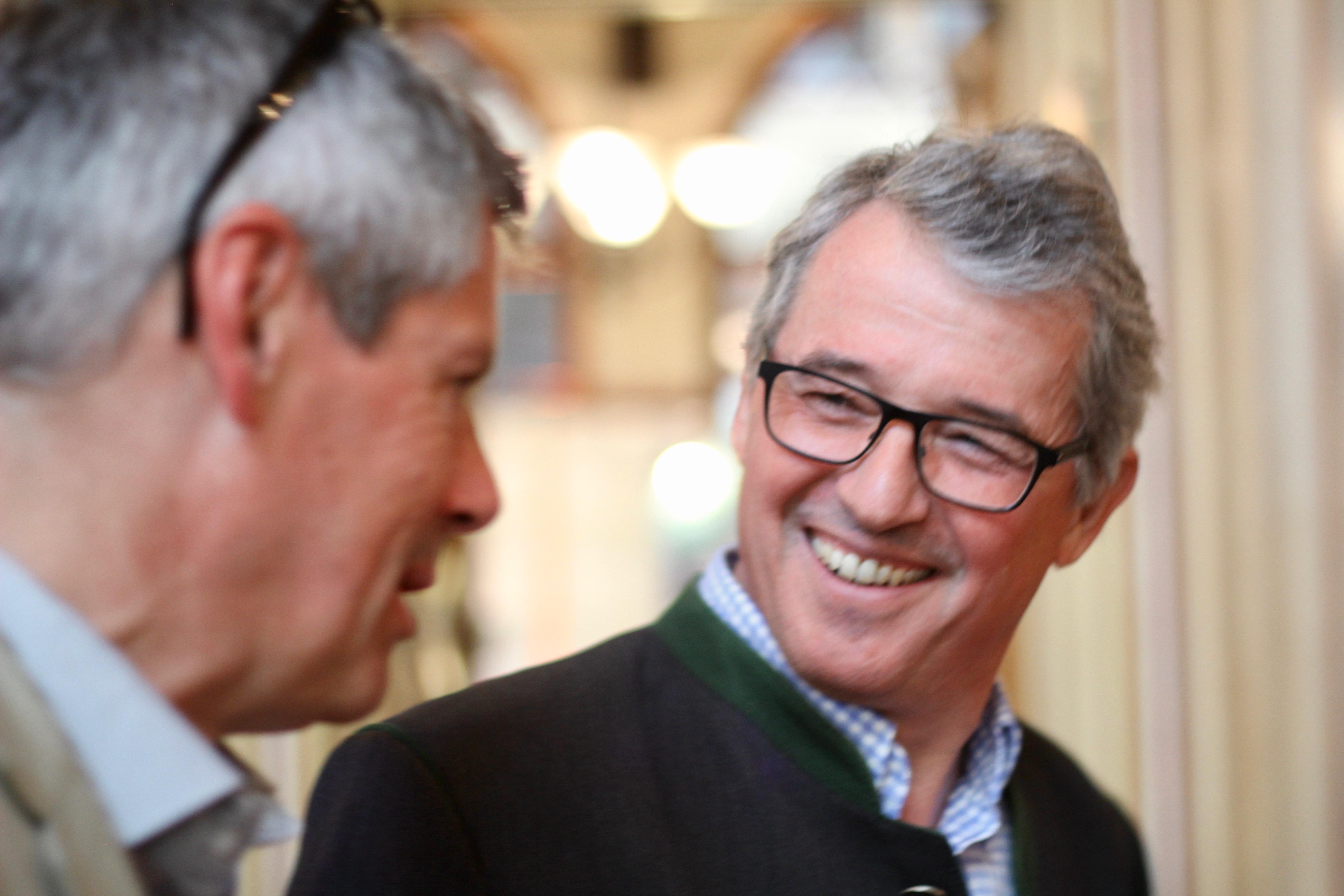 Trotz des mengenmäßig bescheidenen Jahrgangs kann sich Weinbaudirektor Werner Luttenberger, hier im Gespräch mit Klaus Egle, über die Qualität des neuen Jahrgangs freuen.