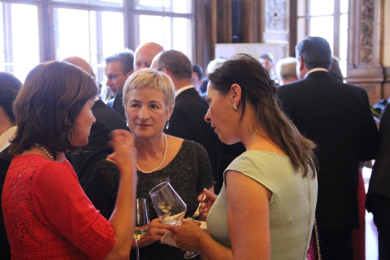 Fachsimpeln über die kürzlich in Szene gegangene Pet-Nat-Präsentation mit Winzerin Birgit Braunstein und der Präsidenten des Österreichischen Sommeliervereins Annemarie Foid.