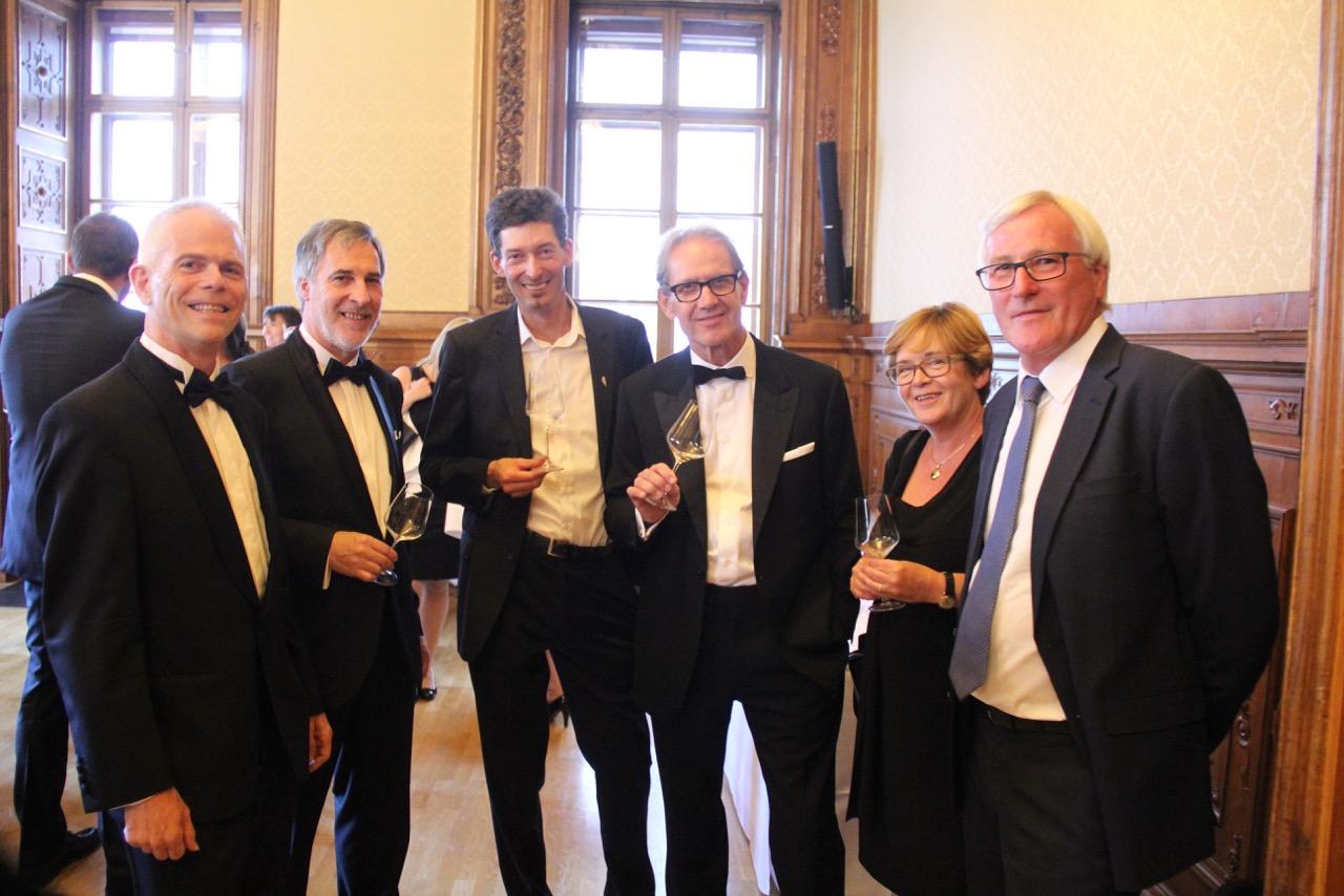 Beim Wein treffen sich Winzer und Weinjournalisten: Vinaria-Chefredakteur Peter Schleimer, Weinpblizist Peter Weirather, Andi Kollwentz, Willi Bründlmayer. Brigitta und Karl Steininger.