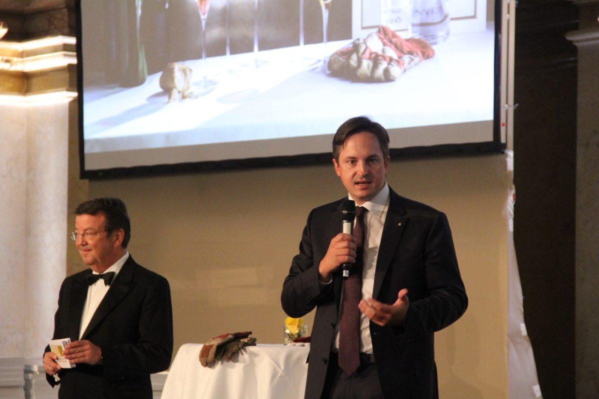 Es geht los: ÖWM Geschäftsführer Willi Klinger und Weinbaupräsident Johannes Schmuckenschlager geben den Startschuss zur Verleihung der Auszeichnungen.