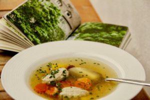 """Kochen wie der Wirt: Dinkelgrießnockerl mit """"Must-have-Gewürzen"""""""