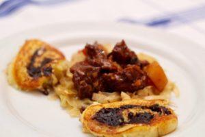 Kochen wie der Wirt: Schweinsbackerl mit Blunz'nroulade und Weinkraut