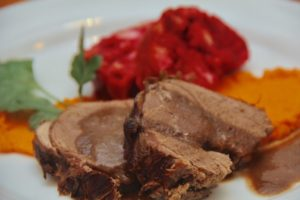 Kochen wie der Wirt: Geschmorter Rehschlögel mit Rote Beete Knödel