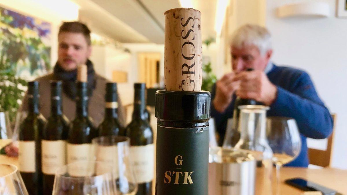 Johannes Gross und Alois Gross kosten den aktuellen Jahrgang – Wirtshausführer – Wein mit Egle