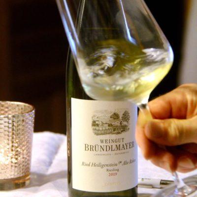 Der Riesling Heiligenstein Alte Reben 2019 vom Weingut Willi Bründlmayer wird von Klaus Egle auf Wirtshausführer als Wein der Woche präsentiert.